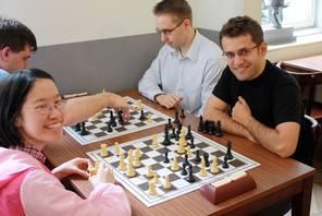 Il giocatore con i pezzi neri a destra nella foto è proprio il super-GM Levon Aronian.